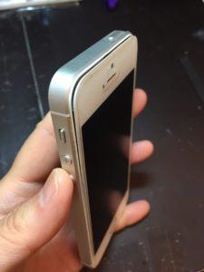 ガラスが浮いているiPhoneSE