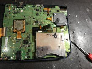 右下のゲームカセットを入れる部分の下に十字キーがあります