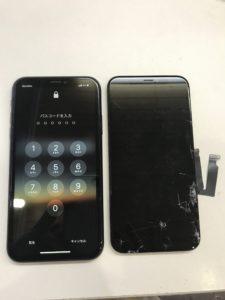 右が元の割れパネル、左が修理完了のiPhoneXRです!