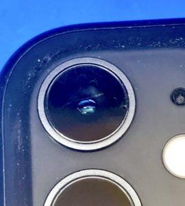上のカメラカバーにヒビがはいったiPhone11
