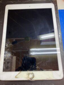 ホームボタンに物が落下してヒビ割れのiPad6