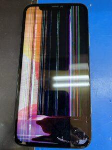 液漏れと縦線の表示不良が出ているiPhone11