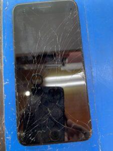 全体的にガラスがひび割れしているiPhone7Plus
