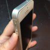 ガラスパネルが浮いているiPhoneSE